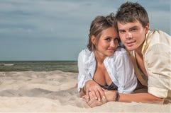享受愉快的假期的海滩夫妇 库存照片
