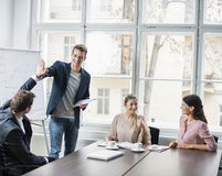 享受成功的年轻企业队在会议桌上 免版税库存照片