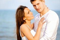 享受户外的可爱的夫妇 图库摄影
