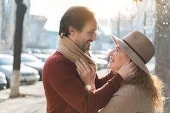 享受拥抱的愉快的成熟夫妇外面 免版税库存照片