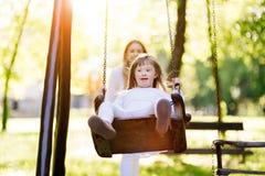 享受摇摆的残疾儿童 图库摄影