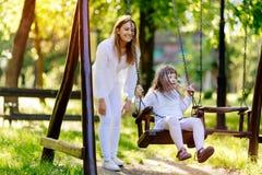 享受摇摆的残障儿童 免版税库存图片