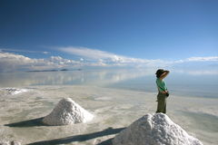 享受撒拉族盐舱内甲板的看法的女孩Uyuni在玻利维亚 库存照片