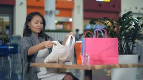 享受断裂的愉快的亚裔妇女在购物中心 库存照片