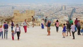 享受旅游旅行的许多年轻和资深人民对古城,拍照片 影视素材