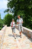 享受旅行的远足者夫妇  库存照片