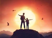 享受旅途的父亲和女儿 库存照片