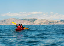 享受日出的两个远足者 免版税图库摄影