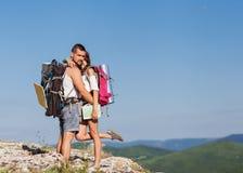 享受日出的两个远足者 库存照片