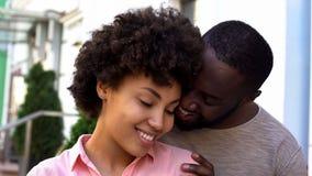 享受日期,女孩的美国黑人的夫妇感到安全在男朋友武装,微笑 库存图片
