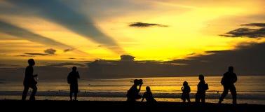 享受日落在库塔海滩 库存照片