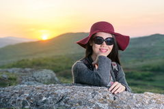 享受日落的女性远足者 免版税库存照片