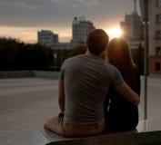 享受日落的愉快的夫妇 库存图片