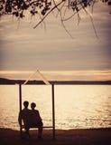 享受日落的浪漫夫妇 库存图片