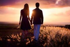 享受日落的年轻夫妇 库存照片