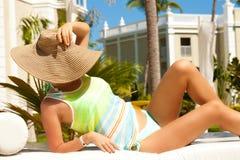 享受日落的年轻性感的妇女 免版税库存图片