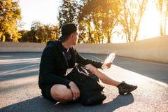 享受日落的年轻运动员在训练以后 免版税库存照片
