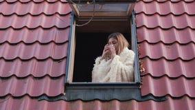 享受早晨的妇女看房子和饮料咖啡屋顶窗口  股票视频