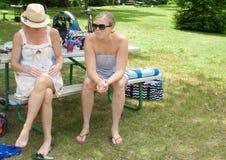 享受时间的两名妇女在一个地方公园 库存照片