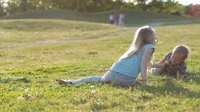 享受时间的可爱的孩子使用在公园 股票录像