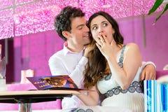 享受时间的年轻夫妇在冰淇凌店里 免版税图库摄影
