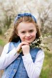 享受春天的女孩 免版税库存照片