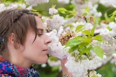 享受春天的平静一名美丽的妇女 免版税图库摄影