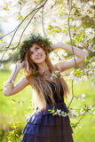 享受春天的美丽的女孩 免版税库存图片