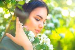 享受春天自然的美丽的少妇 免版税库存图片