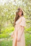 享受春天 自然美人和温泉疗法 有长发的夏天女孩 概念绿色春天妇女黄色 春天和假期 库存图片