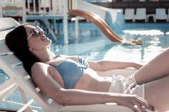 享受晒日光浴的正面重视的浅黑肤色的男人在夏天 免版税图库摄影