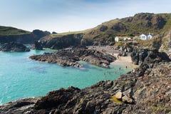 享受晚夏阳光的游人和假日游客在Kynance小海湾海滩蜥蜴康沃尔郡英国英国 免版税库存图片