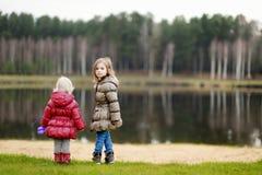 享受晚秋天的两个姐妹看法 免版税库存照片