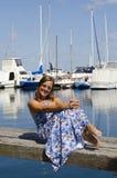 享受晴天的愉快的妇女在海滨广场 免版税库存图片