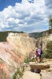 享受暑假的人们拍在远足旅行的照片 免版税库存图片