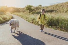 享受暑假的小男小学生 免版税库存照片