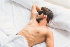 享受梦想的镇静人在卧室 免版税库存照片