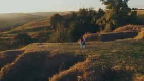 享受步行的夫妇通过草土地 影视素材