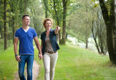 享受步行的微笑的夫妇户外 图库摄影