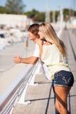 享受步行的年轻美好的夫妇 库存照片