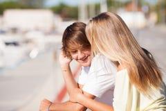 享受步行的年轻美好的夫妇 免版税库存照片