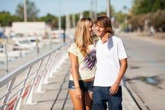 享受步行的年轻美好的夫妇 免版税库存图片