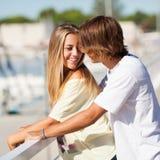 享受步行的年轻美好的夫妇 库存图片