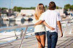 享受步行的年轻美好的夫妇 图库摄影
