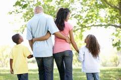 享受步行的年轻非裔美国人的家庭在公园 库存图片