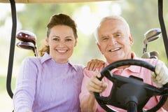 享受比赛高尔夫球的夫妇 免版税库存图片