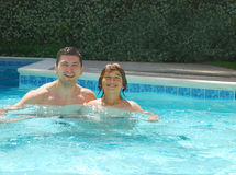 享受池儿子游泳的爸爸 免版税库存照片