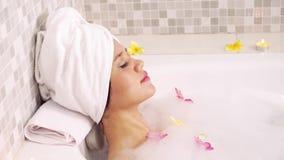 享受沐浴在浴缸的俏丽的妇女 股票录像