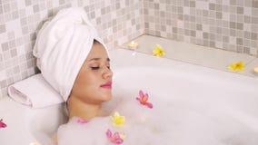 享受沐浴在浴缸的少妇 影视素材