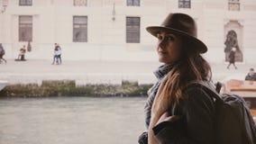 享受沿城市河的愉快的年轻美丽的旅游妇女电影射击大气小船旅行在威尼斯意大利 股票视频